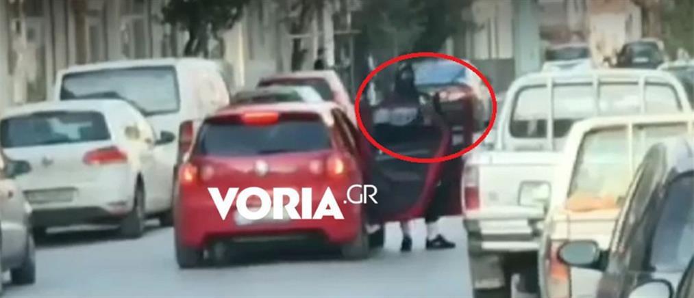 Βίντεο-ντοκουμέντο από τη ληστεία στα ΕΛΤΑ: Ένοπλος σκορπά τον τρόμο (βίντεο)