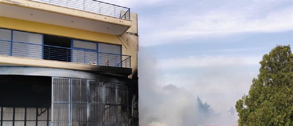 Φωτιά σε επιχείρηση με ελαστικά (εικόνες)