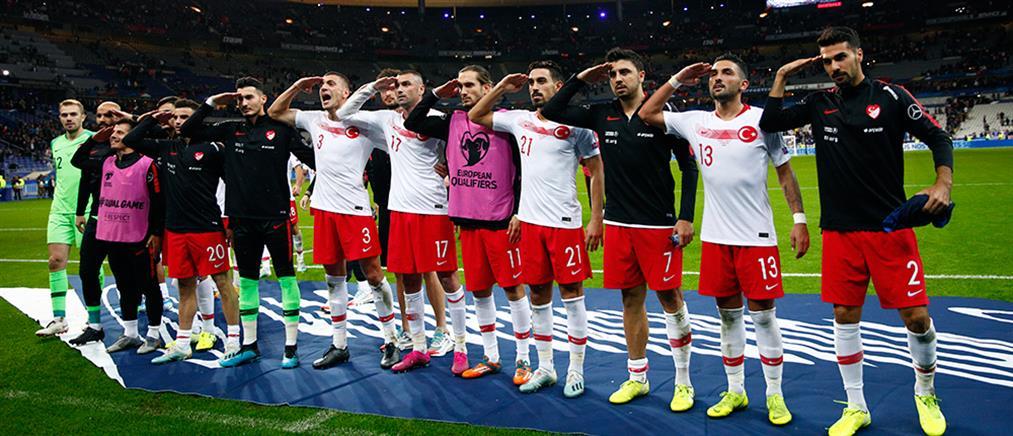 Οι Τούρκοι ποδοσφαιριστές χαιρέτησαν ξανά στρατιωτικά στον αγώνα με τη Γαλλία!