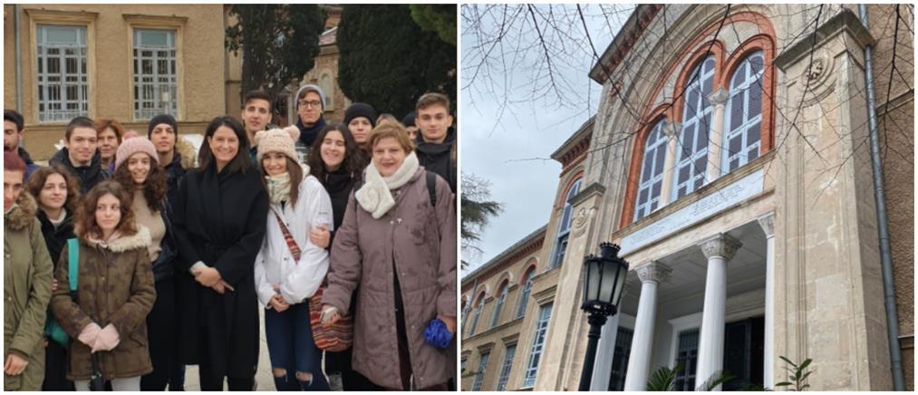 Στα έδρανα της Χάλκης μαζί με μαθητές η Κεραμέως (εικόνες)
