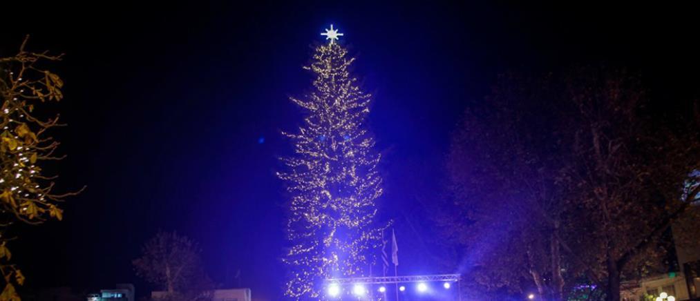 """Τρίκαλα: """"Άναψε"""" το ψηλότερο χριστουγεννιάτικο δέντρο στην Ελλάδα (εικόνες)"""