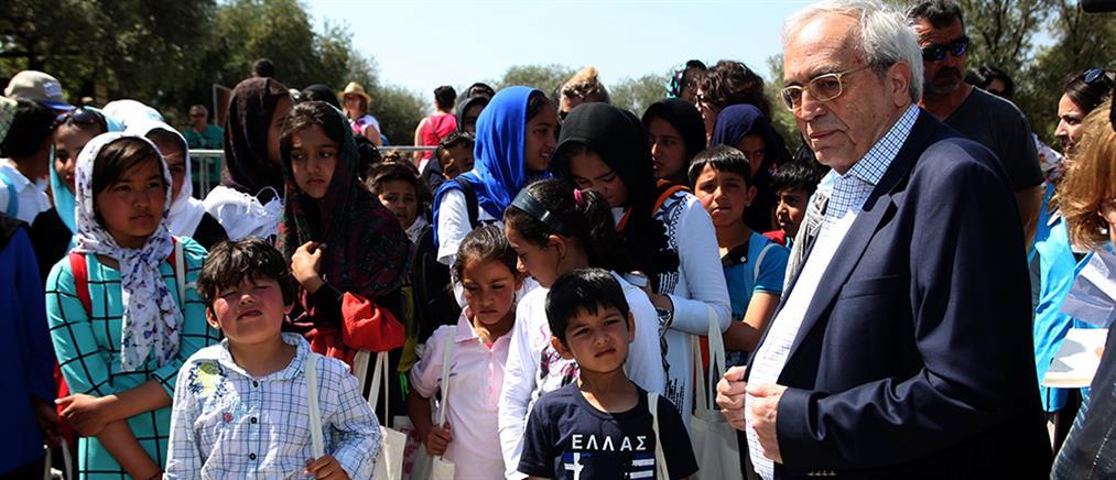 Ο Αριστείδης Μπαλτάς ξεναγεί πρόσφυγες στην Ακρόπολη (φωτό)