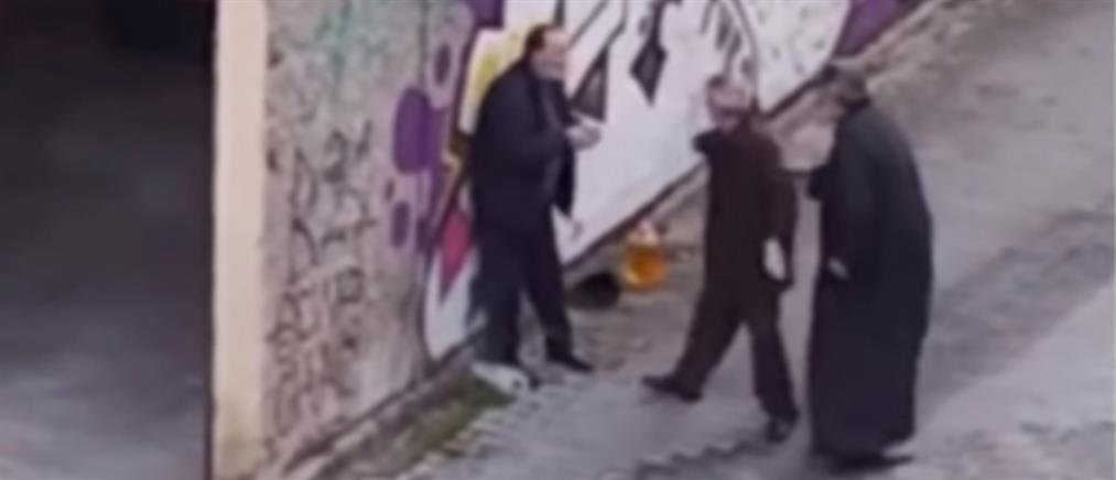 Ιερέας δέρνει ηλικιωμένο σε δρόμο της Κοζάνης (βίντεο)