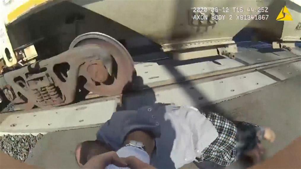 Η στιγμή που αστυνομικός σώζει ΑμεΑ από διερχόμενο τρένο
