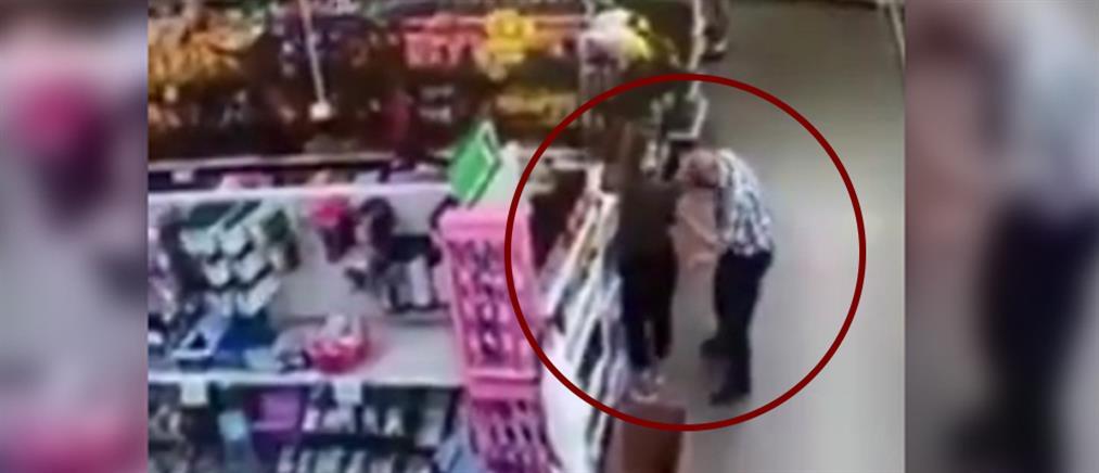 Σκούπισε τη μύτη του πάνω σε υπάλληλο που του είπε να βάλει μάσκα (βίντεο)