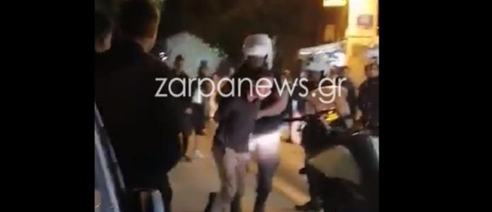 Αστυνομικοί ακινητοποιούν νεαρό που κυκλοφορούσε με όπλο (βίντεο)