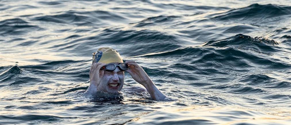 """Νίκησε τον καρκίνο και κολύμπησε 54 ώρες """"χωρίς ανάσα"""" στο κανάλι της Μάγχης"""
