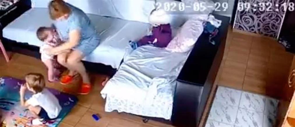 Φρίκη: Νηπιαγωγός πνίγει παιδί με μαξιλάρι (βίντεο)