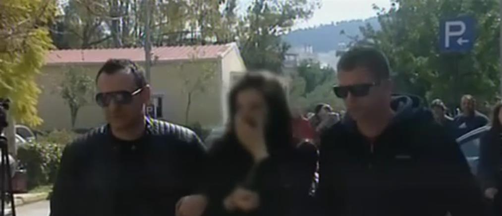 Θύμα κακοποίησης σε ηλικία 11 ετών, δηλώνει η μητέρα του βρέφους που κάηκε ζωντανό στην Βάρκιζα (βίντεο)