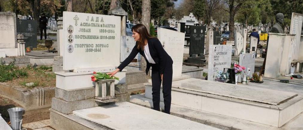 Στον τάφο του Αλέξη Ζορμπά η Μπέτυ Μπαζιάνα (εικόνες)