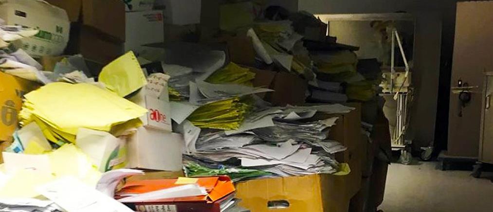 """Γενικό Κρατικό Νίκαιας: """"παρατημένοι"""" σε διαδρόμους οι φάκελοι των ασθενών (εικόνες)"""