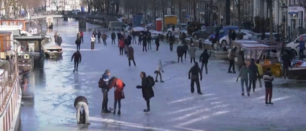 Άμστερνταμ: έκαναν πατινάζ σε παγωμένο κανάλι (βίντεο)
