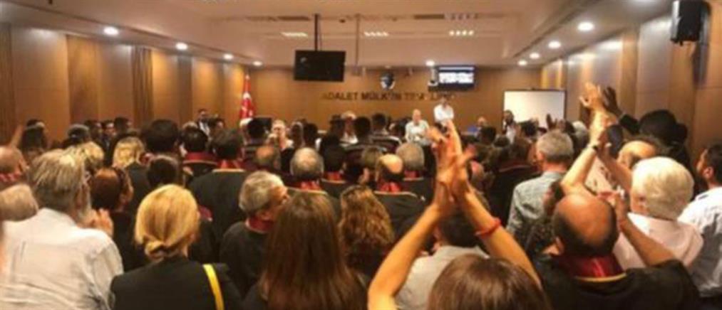 """Ξεκίνησε η δίκη των """"17"""" της """"Cumhuriyet"""" (βίντεο)"""