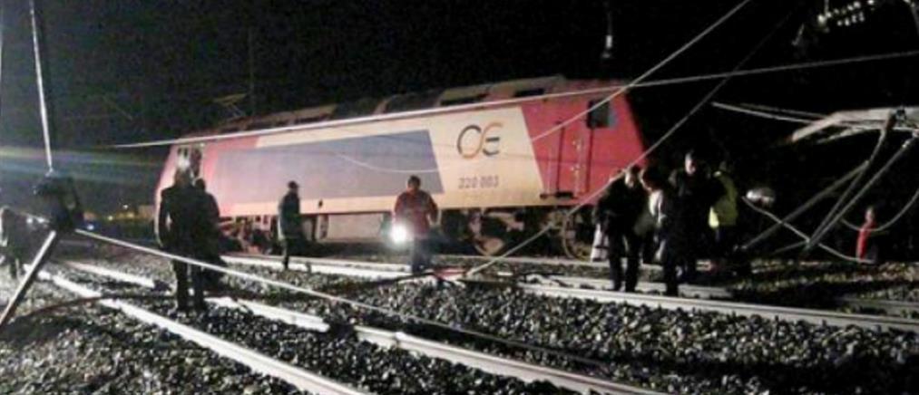 Εκτροχιασμός τρένου - Έπεσε στα βράχια η μηχανή