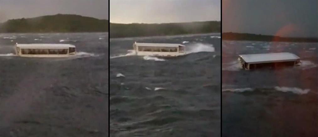 Πολύνεκρη τραγωδία με ανατροπή τουριστικού πλοιαρίου (βίντεο)