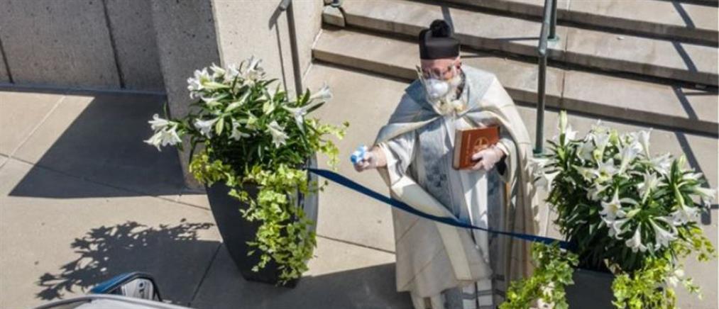 Ιερέας ψεκάζει αγιασμό με…νεροπίστολο (εικόνες)