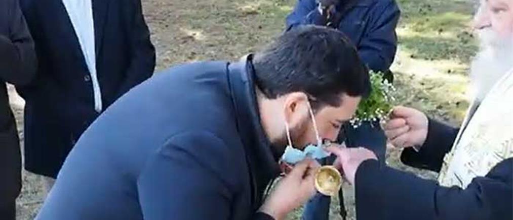 Μητροπολίτης Γρεβενών: Κατέβαζε τις μάσκες για να φιλήσουν το Σταυρό (βίντεο)