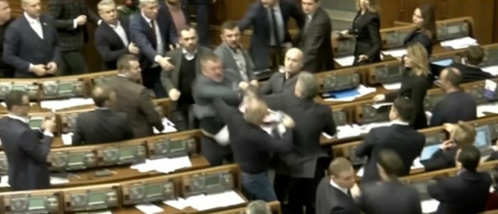 Άγριο ξύλο στη βουλή της Ουκρανίας (βίντεο)