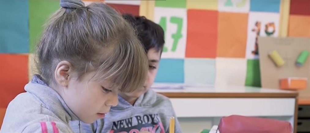 Παιδιά μαθαίνουν νοηματική για να επικοινωνούν με συμμαθήτριά τους (βίντεο)