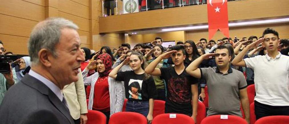 Βίντεο: Μαθητές υποδέχονται τον Ακάρ με στρατιωτικό χαιρετισμό