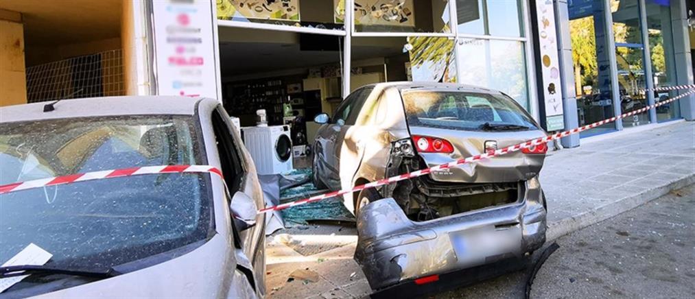 """Ναύπλιο: αυτοκίνητο """"καρφώθηκε"""" σε κατάστημα (βίντεο)"""