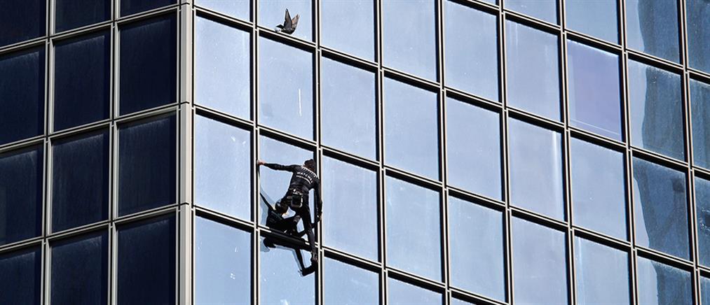 """O """"Spiderman"""" αναρριχήθηκε σε ουρανοξύστη του Παρισιού (βίντεο)"""
