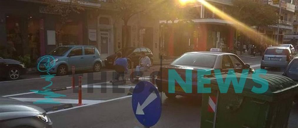 """Ήπιαν… φραπέ στη μέση του δρόμου """"χαλαρά"""" (εικόνες)"""