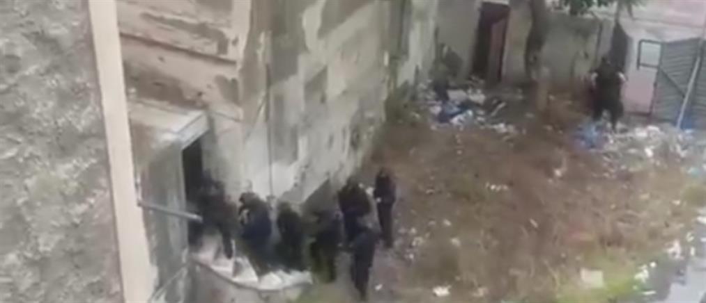 """Καρέ - καρέ η έφοδος της ΕΛΑΣ σε κτήριο – """"κατάστημα"""" ναρκωτικών (βίντεο)"""