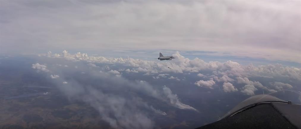 Βομβαρδισμοί για την κατάσβεση δασικής πυρκαγιάς (βίντεο)