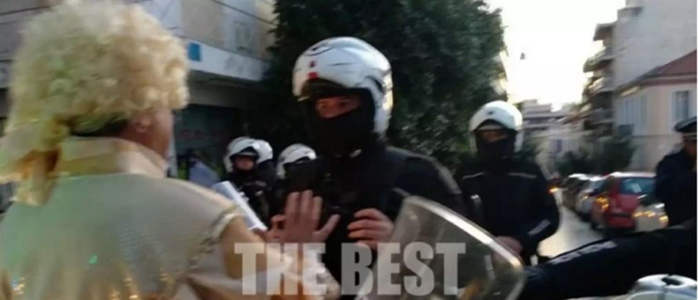 """""""Ντέρμπι""""… αστυνομίας- καρναβαλιστών στην Πάτρα (βίντεο)"""