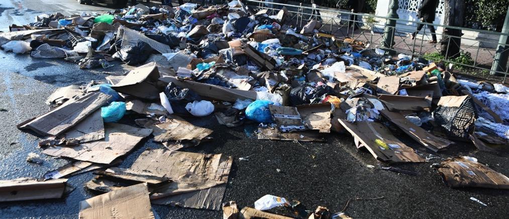 """Σκουπίδια """"'έπνιξαν"""" την Βασιλίσσης Σοφίας (εικόνες)"""