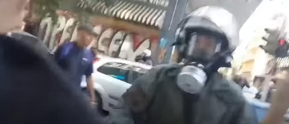 Εξάρχεια - ΜΑΤ: Εισαγγελική έρευνα για τον αστυνομικό που έσπασε τζαμαρία (βίντεο)