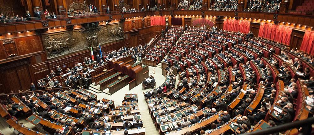 Χαμός στην ιταλική βουλή με το… λαβράκι του Μπουονάνο