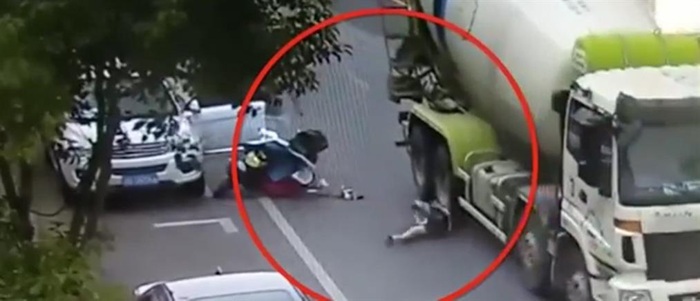 Βίντεο – σοκ: Μπετονιέρα πάτησε γυναίκα μοτοσικλετιστή… και σώθηκε