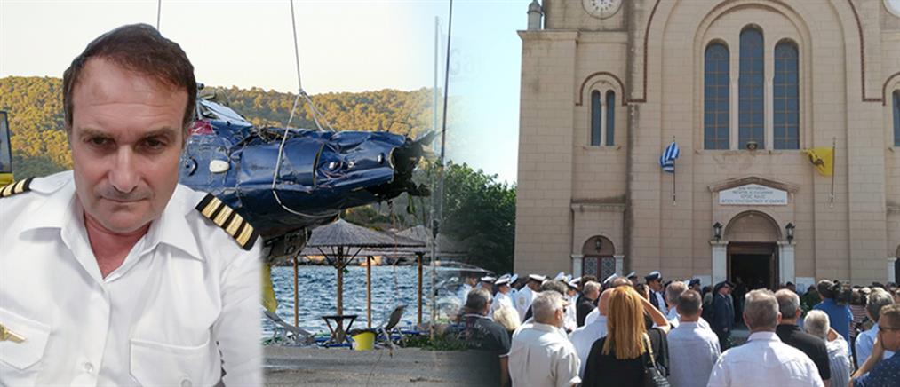 Θρήνος στην κηδεία του πιλότου που σκοτώθηκε στον Πόρο (βίντεο)