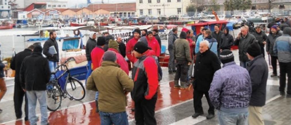 """""""Μπλόκο"""" στο λιμάνι του Βόλου από αλιείς"""