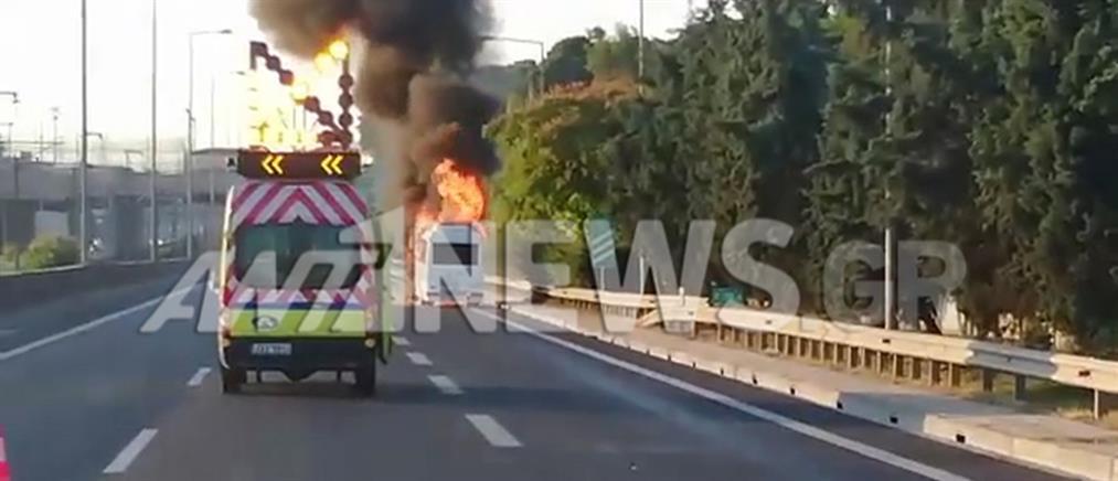 Στις φλόγες όχημα στην Αττική Οδό (βίντεο)