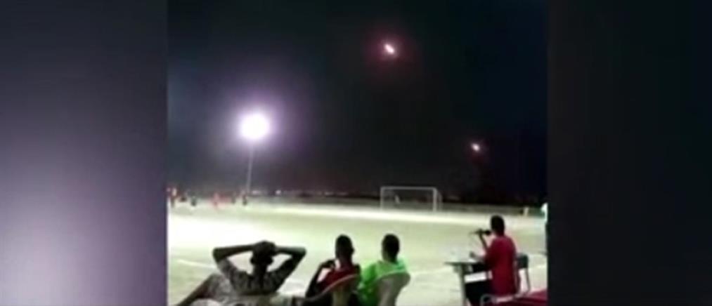 """Παίζουν ποδόσφαιρο και πάνω από τα κεφάλια τους """"σφυρίζουν"""" ρουκέτες! (βίντεο)"""