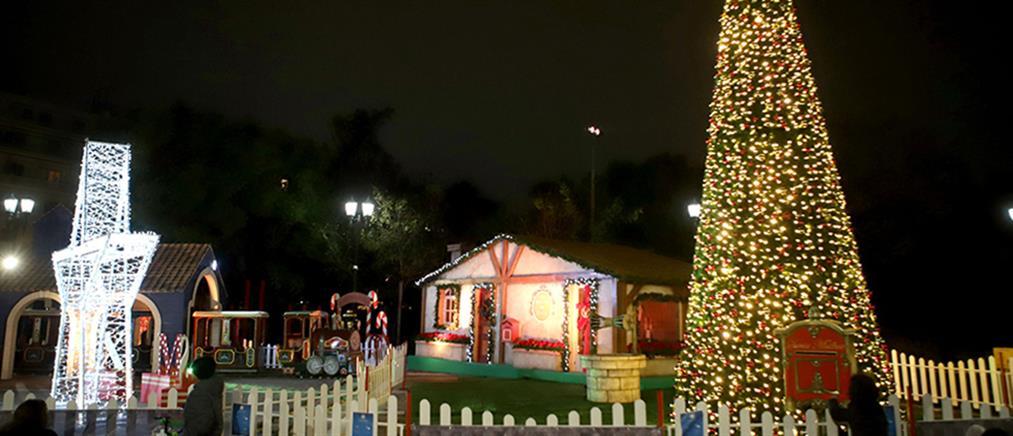Φωταγωγήθηκε το χριστουγεννιάτικο δέντρο στο Πεδίον του Άρεως (εικόνες)