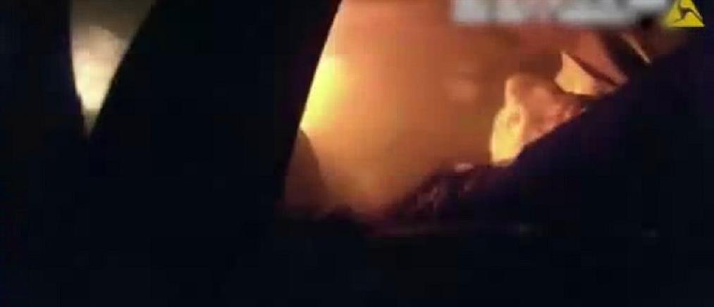 Τέξας: Αστυνομικοί έβγαλαν αναίσθητο οδηγό από το φλεγόμενο αυτοκίνητό του (βίντεο)