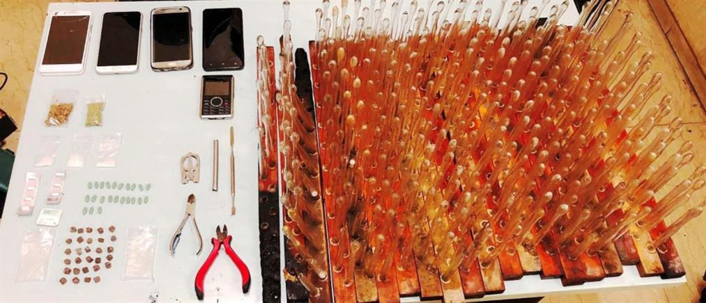 Πωλούσαν ηρωίνη και δοκιμαστικούς σωλήνες για εισπνεόμενα ναρκωτικά έξω από την ΑΣΟΕΕ (εικόνες)