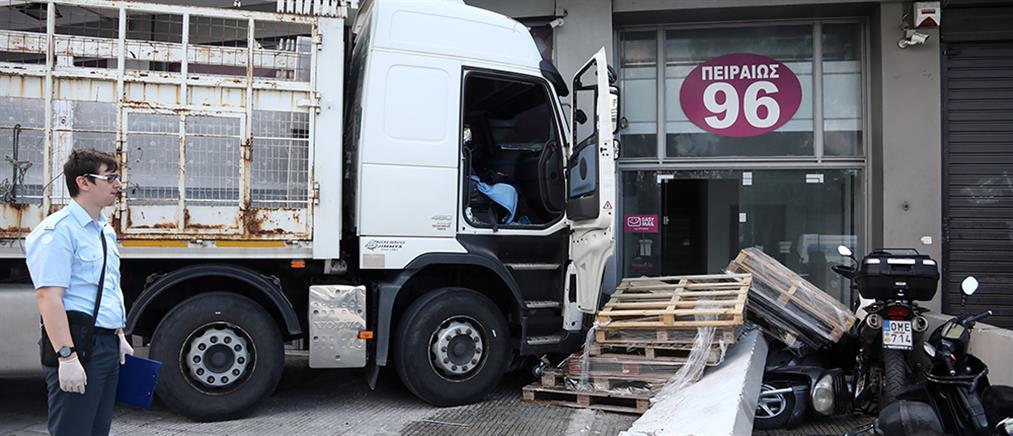 Πέθανε ο οδηγός του φορτηγού που έπεσε σε κατάστημα στην Πειραιώς