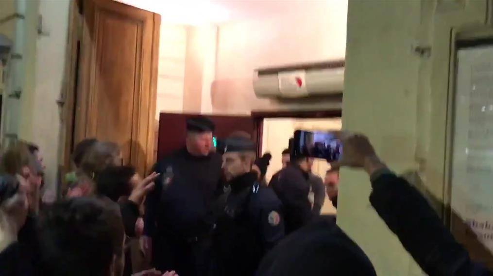 Γαλλία: Αστυνομικοί φυγάδευσαν το Μακρόν από θέατρο