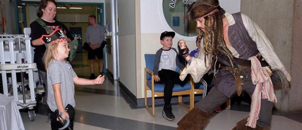 """Ο Τζόνι Ντεπ ως Τζακ Σπάροου """"μοιράζει"""" χαμόγελα σε άρρωστα παιδιά (βίντεο)"""