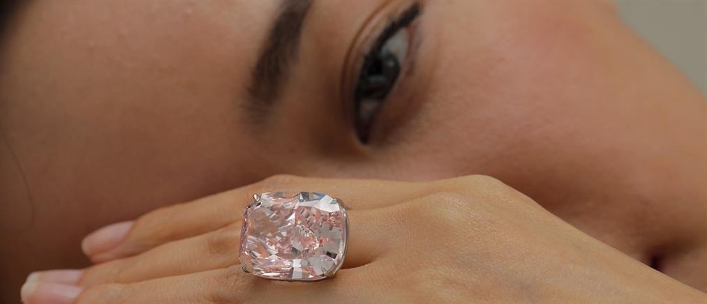 """Στο """"σφυρί"""" το μεγαλύτερο ροζ διαμάντι στον κόσμο (βίντεο)"""