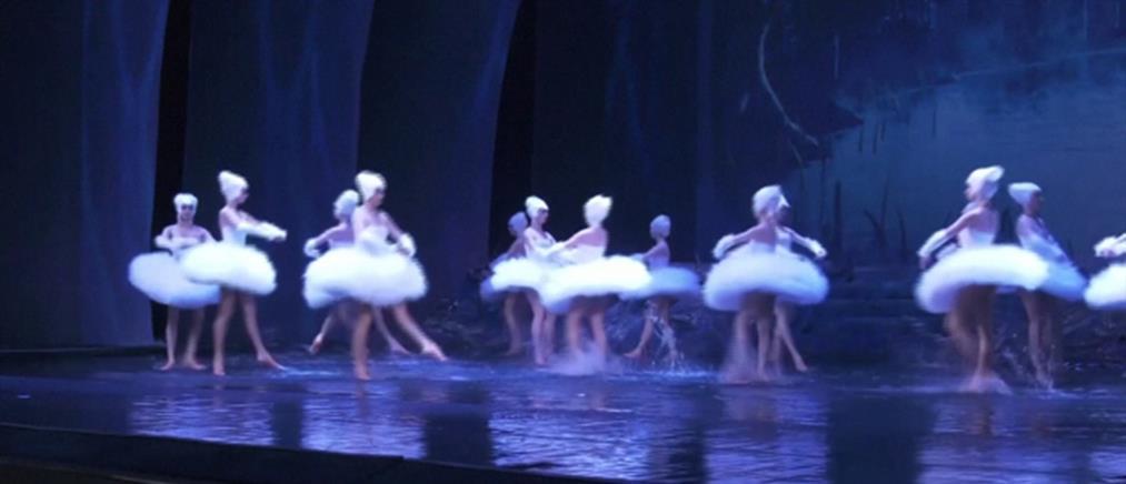 """Χόρεψαν τη """"Λίμνη των Κύκνων"""" σε πλημμυρισμένη σκηνή (βίντεο)"""