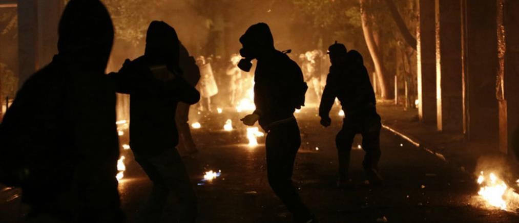 Γερμανικά ΜΜΕ: αναρχικοί ρημάζουν καταστήματα και καίνε αυτοκίνητα στην Ελλάδα