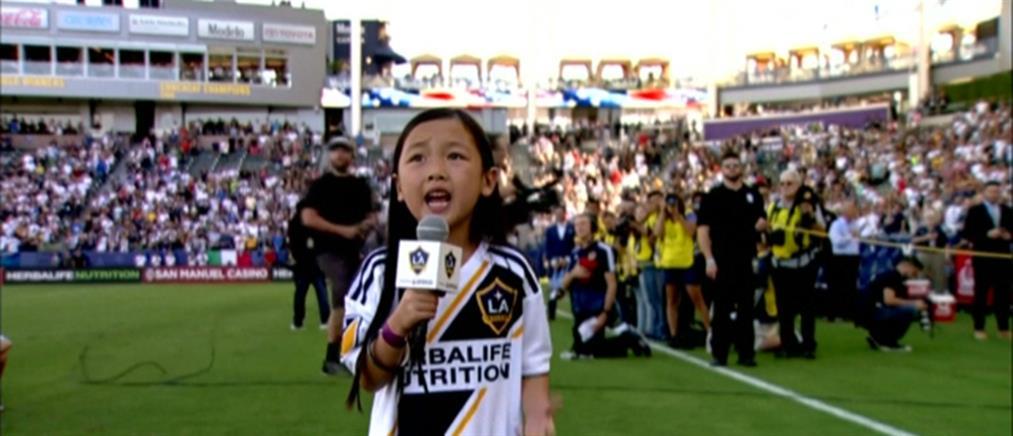 Viral η 7χρονη που έψαλλε τον εθνικό ύμνο σε γήπεδο (βίντεο)