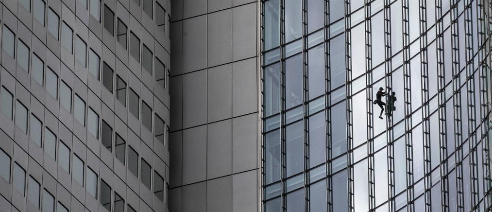 """Σε ουρανοξύστη της Φρανκφούρτης σκαρφάλωσε ο Γάλλος """"Spiderman"""" (βίντεο)"""
