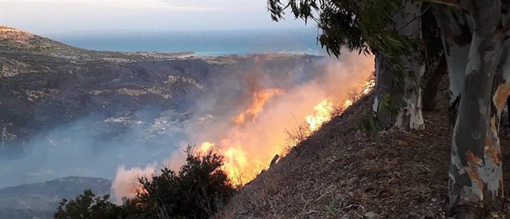 Mαίνεται η πυρκαγιά στην Κεφαλονιά